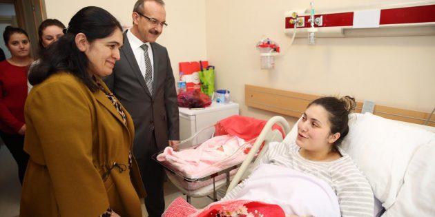 Vali Yavuz, Şehit Ailesinin Bebek Sevincini Paylaştı